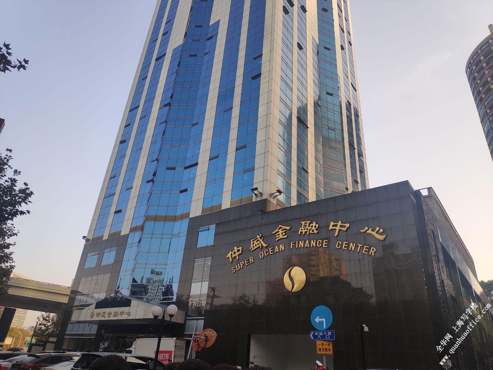 推荐指数: 新楼盘 状态: 出租写字楼 物业类型: 写字楼 强生营运大厦位于上海市长宁区天山路601号,靠近芙蓉江路。地上总高14层 ,总用地面积2550平方米,总建筑面积8979平方米 ,绿化率:30.1%。项目位于内环与中环之间,坐落于天山路商业街,东接虹桥开发区,西连临空经济园区,南靠古北商务区,北临长风新兴CBD,区位优势非常明显。.