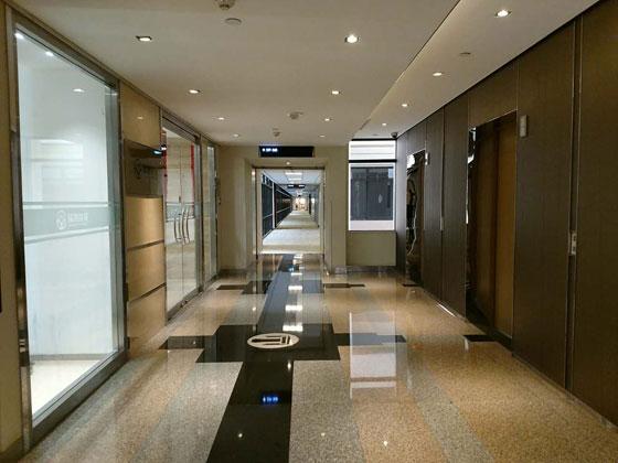 """楼盘介绍: 上海商城是上海展览中心与外资合办的一座商业贸易大楼。位于南京西路上海展览中心对面。大楼由美国建筑大师约翰波特曼设计,故大楼也被人称为波特曼,它是一座大型公共服务性的建筑物。外墙不加粉刷,保持水泥本色,呈现光泽。 主楼高164.8米,东西公寓大楼高111.5米。整个建筑面积为18.5万平方米,呈现""""山""""字形。其高度为上海之冠,面积居上海之首。总建筑面积185000平米,净高2."""