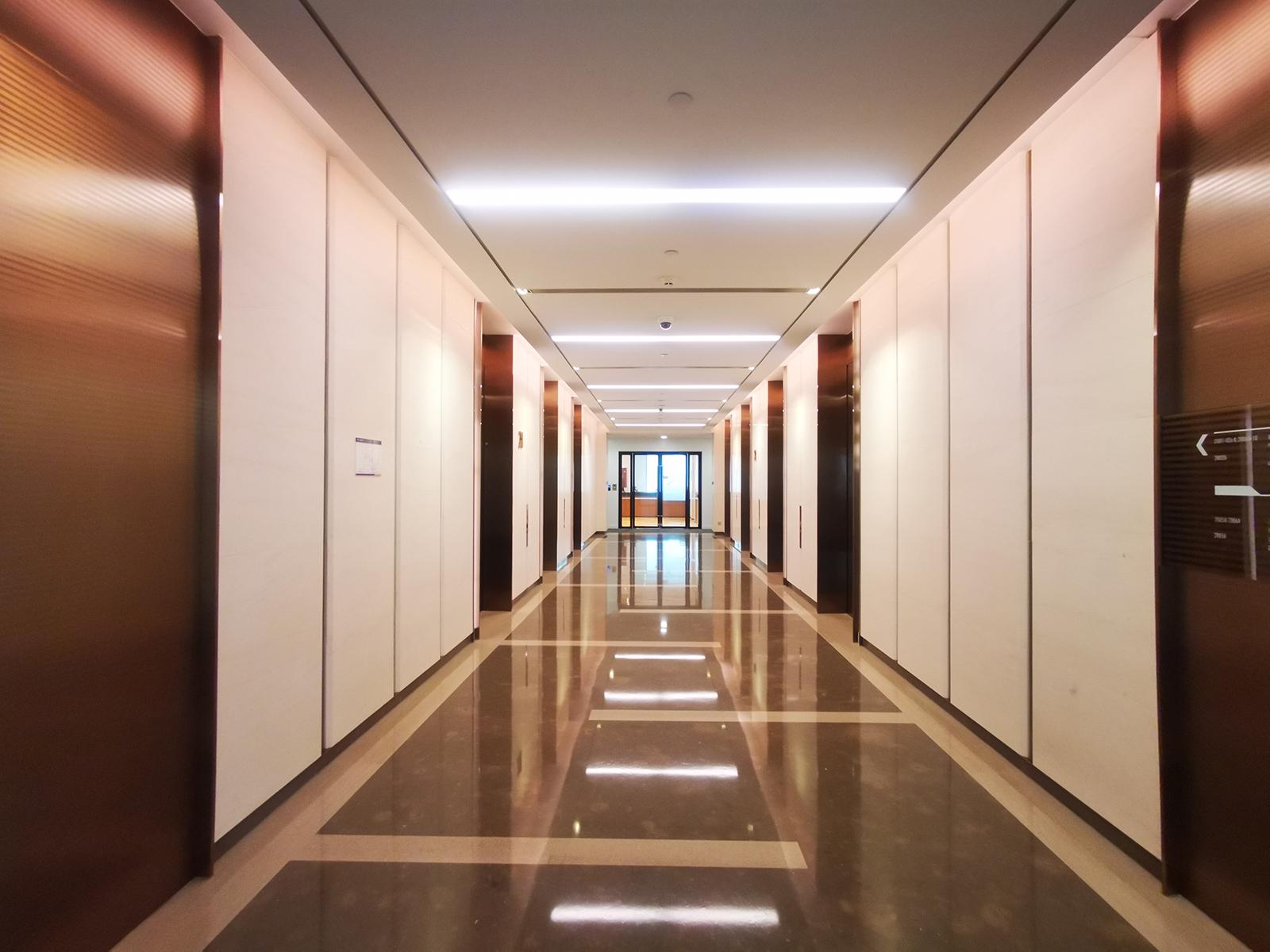 """大楼外立面采用极具创造性的""""窗扇""""设计元素使建筑立面富有变化和节奏图片"""
