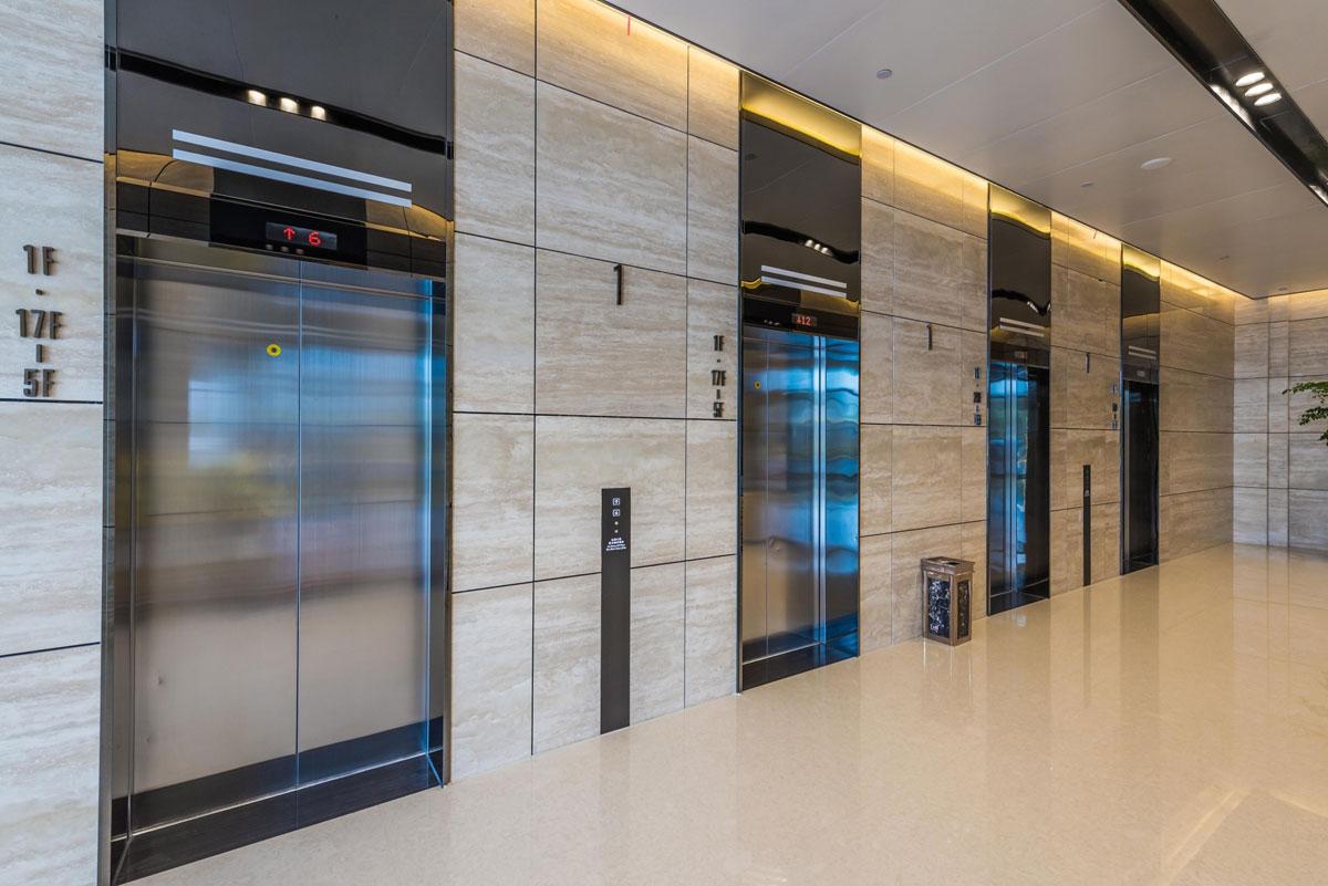 """推荐指数:  状态: 出租出售写字楼 物业类型: 写字楼 建筑层数:4层-23层,可租赁面积:办公楼约42,000平方米,标准层面积:约2,000平方米,标准层净高2.8米,客梯日立品牌电梯8部,货梯日立品牌电梯2部,交付条件100mmOA网络地板玻璃门矿棉板吊顶,空调系统约克品牌中央空调,风机盘管加新风系统,提供24小时空调冷却水,楼板承重350公斤/平方米,玻璃幕墙LOW-E双层玻璃幕墙 8万方""""溪谷式""""星光商业配套,众多国际轻奢品牌云集打造大宁新中心,水晶墙与太湖石相结合外立面,高品质交付"""